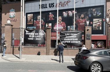 Fans del Liverpool protestando fuera de Anfield | Foto: Twitter