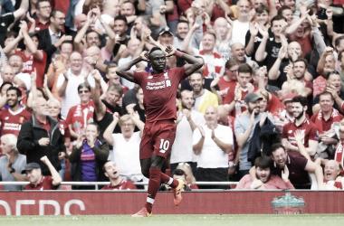 Mané comemora seu segundo gol na partida, deixando o Liverpool na liderança da competição (Foto: Divulgação/ Liverpool)