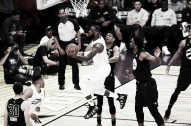 Lebron en una penetración a canasta durante el All-Star game | Fuente: ESPN