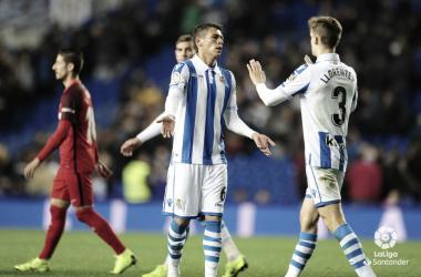 Diego Llorente va a chocar las manos a Héctor Moreno en el partido frente al Sevilla en Anoeta esta temporada (FOTO://LaLiga)