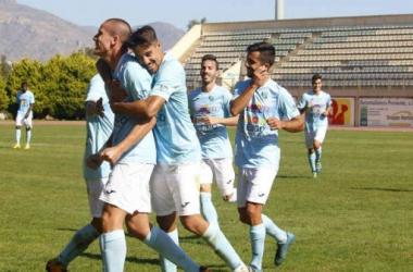 Lolo González celebrando el gol con sus compañeros (Foto: CD El Ejido 2012)