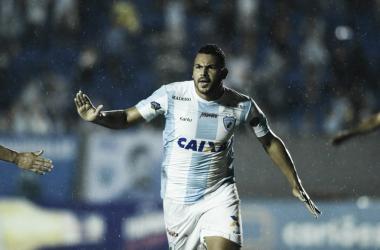 Carlos Henrique comemora o primeiro gol do Londrina. Tubarão agora é o sexto colocado (Reprodução / Londrina EC)
