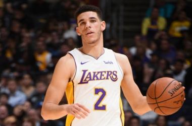 Grande exibição de Lonzo Ball levou os Lakers às vitórias // Fonte: Sporting News