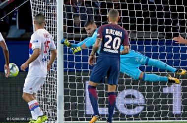 Lopes repoussant la tentative sur coup franc de Neymar.
