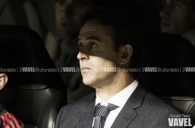 Julen Lopetegui, instantes antes del comienzo del partido ante el Viktoria Plzen. | Foto: Daniel Nieto (VAVEL)