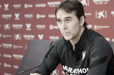 Julen Lopetegui a la espera del comienzo de la Rueda de Prensa || Foto: Sevilla FC