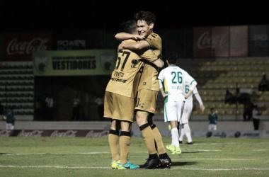 Jesús Angulo (derecha) abraza a Carlos Pinto después del gol (Imagen: Dorados de Sinaloa)