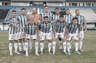 Los 11 elegidos por Fabián Rubén Lisa a punto de disputar el partido ante San Martin (SJ).