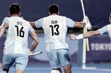 Imagen: Ortiz, Tolini y Casella festejando el tercer gol.<div>Fuente de la imagen: sitio oficial de la Confederación Argentina de Hockey.</div>