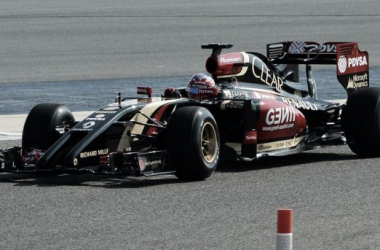 Grosjean ao volante do Lotus E22, em testes no Bahrain, no início da temporada (Foto: Sutton Images).