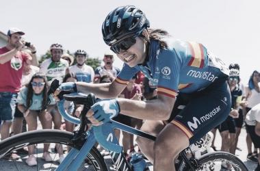 La ciclista Lourdes Oyarbide es increpada tras librar un accidente