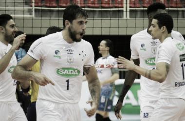 Luan e Sander comemoram vitória do Sada Cruzeiro sobre Sesc-RJ pela Superliga
