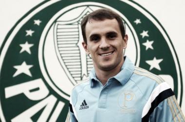 Velho conhecido de Oswaldo de Oliveira, lateral Lucas assina contrato com o Palmeiras