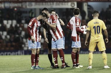 Los jugadores del Lugo antes de una falta durante el partido. Foto: @vozlugo