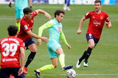 Luis Milla con el balón en un partido contra Osasuna /Foto: Pepe Villoslada/ Granada CF