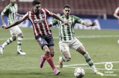 Luis Suárez y Bartra pugnan por el balón en el Atlético - Betis de la jornada 7. Foto: LaLiga Santander.
