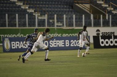Operário resolve na bola parada e vence Confiança em Aracaju