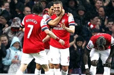 Podolski marca dois, Arsenal goleia e rebaixa do Wigan