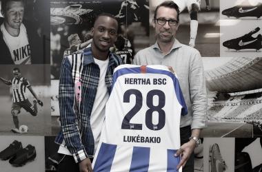 Michael Preetz presentó al nuevo delantero. FOTO: Hertha BSC