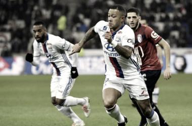 En la fotografía, se puede ver claramente tanto al Lyon como al Ille disputándose el balón en el campo / Fuente: Lille Olympique Sporting Club