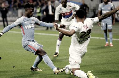 El Lyon y el Mónaco se enfrentan por la posesión de la pelota | Foto: AS Mónaco
