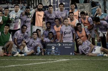 El Cele posando con el premio por pasar de ronda. Foto: Copa Argentina