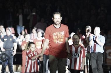 Pablo Machín junto a sus hijas en la celebración del ascenso. (Foto: Girona FC)