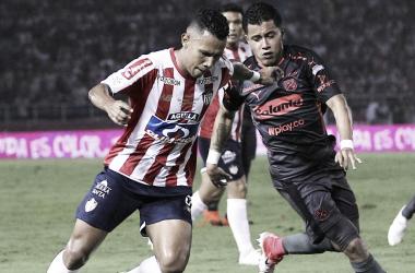 Sebastián Macías, ausente hoy en el DIM por lesión, en disputa una pelota con James Sánchez del Junior   Fotografía: AS Colombia