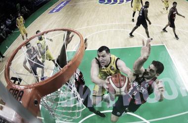Jonas Maciulis ataca el cesto de San Lorenzo. Foto: gentileza de FIBA