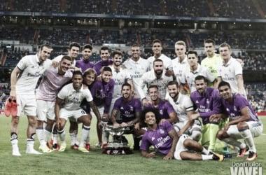 Los jugadores de Real Madrid posando con el Trofeo Santiago Bernabéu en 2016 / Dani Mullor (VAVEL.com)