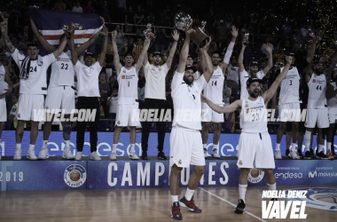 El Real Madrid levantando el título | Foto: Noelia Déniz, VAVEL.