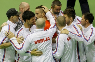 The Serbian squad surrounds Viktor Troicki after his decisive victory/Photo: Srdjan Stevanovic
