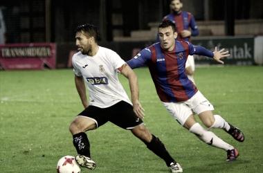 Juan Domínguez, capitán unionista, se zafa del defensa Aitor Aspas.