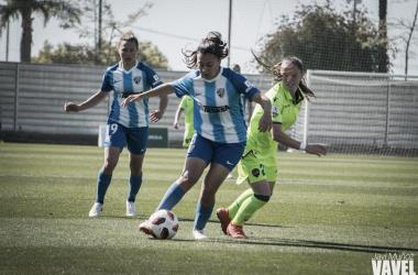 Paula Fernández con la pelota. | Foto: Javi Muñoz (VAVEL)