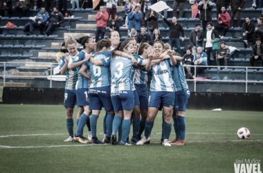 El Málaga celebrando el gol de Paula Fernández.   Foto: Javi Muñoz (VAVEL)