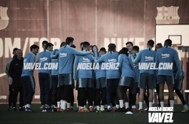 Los jugadores haciendo el pasillo a Malcom antes de empezar el entreno / Foto: Noelia Déniz (VAVElL.com)