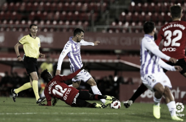 Mervell intenta robar el balón en el partido de Copa del Rey ante el Valladolid. Fuente: LaLiga.