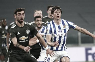 Le Normand defiende un corner a Bruno Fernandes. Fuente: Real Sociedad