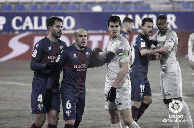 Mandi en un duelo con Sandro. Fuente: La Liga.