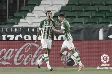 Mandi celebra un gol junto a Marc Bartra en el Real Betis-Real Madrid. Foto: LaLiga Santander.