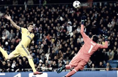 Mandzukiç rematando el que sería el primer gol | Foto: UEFA.com
