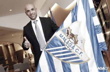 Manolo Gaspar con la bandera del Málaga CF / Foto: Málaga CF