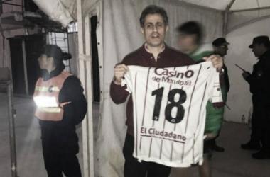 Mansur con el regalo hecho del Morro García una vez finalizado el partido