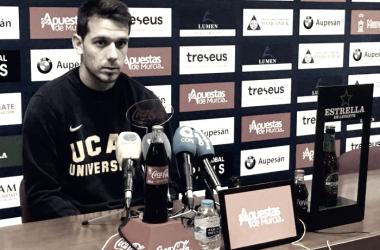 Manuel Sánchez habla en rueda de prensa. Imagen: UCAM Murcia CF
