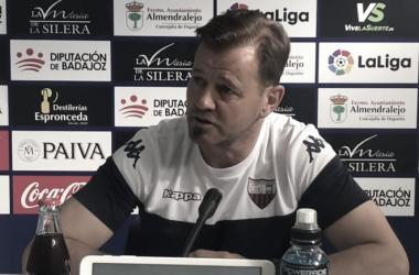 Manuel Mosquera en sala de prensa // Imagen: YouTube Extremadura U.D. (Oficial)