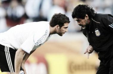 Diego aconseja a Higuaín. El 10 dirigió al Pipa en Sudáfrica 2010. (Foto: Web)