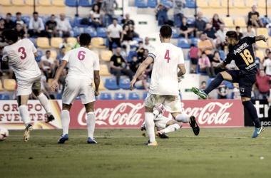 Marc Fernández disparando ante varios defensores. Imagen: UCAM Murcia.