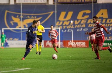 Marc Fernández intentando controlar el balón. Foto: UCAM Murcia.