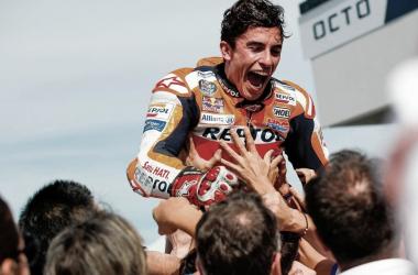 Marc Márquez celebrando una victoria con su equipo Repsol Honda. Foto: motogp.com