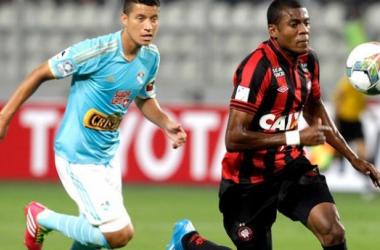 Em jogo pegado, Sporting Cristal sai com a vantagem contra o Atlético-PR